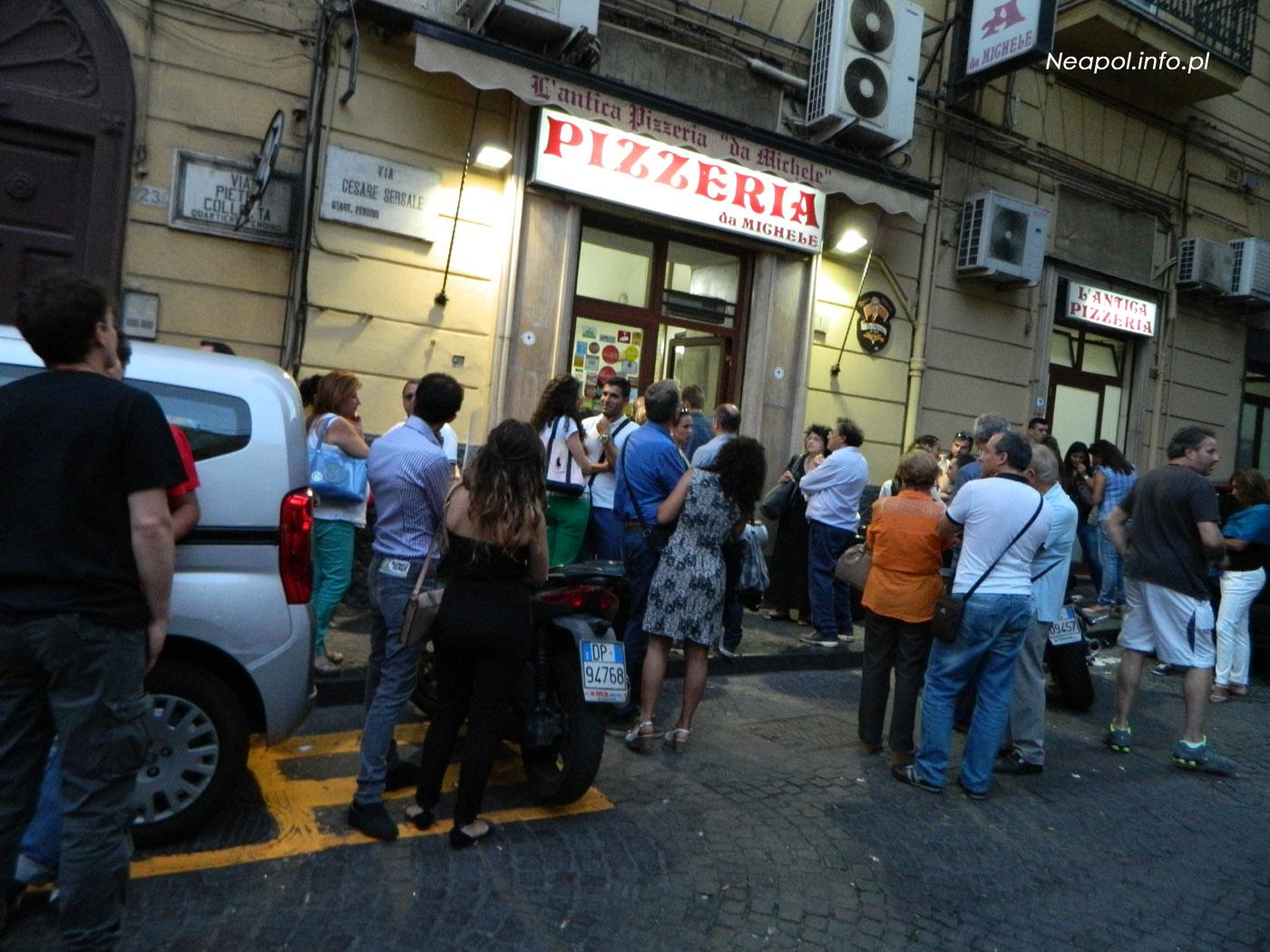 Kolejka przed pizzerią Da Michele